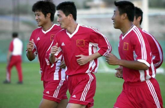 图说:球员时代的郝海东、范志毅一前一后,是中国队杀入2002韩日世界杯的中央球员。退伍后,两人向教练转型并不是太顺手。
