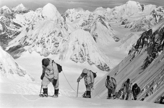 1960年5月,中国登山队队员在海拔7150米的冰雪坡上行进。新华社发