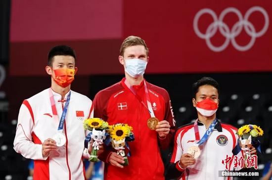 北京时间8月2日晚,在东京奥运会羽毛球男子单打决赛中,中国选手谌龙以0:2(21:15、21:12)不敌丹麦选手安赛龙,获得一枚银牌。图为颁奖仪式现场。中新社记者 韩海丹 摄