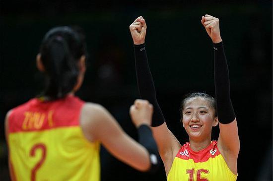 比赛中的丁霞和朱婷。(图片来源:视觉中国)
