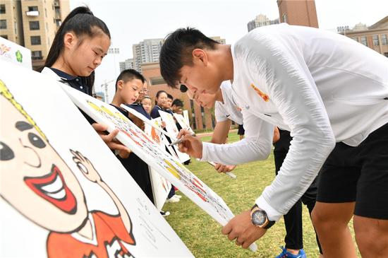 小朋友们为球员们送上精心描绘的肖像漫画,嘉宾代表纷纷签名留念。