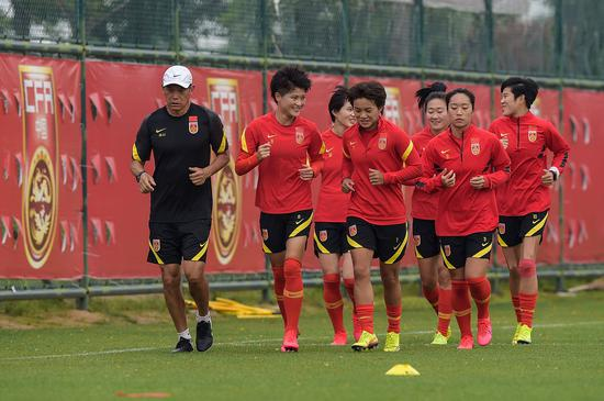 中国女足球员在训练中。新华社记者李博摄