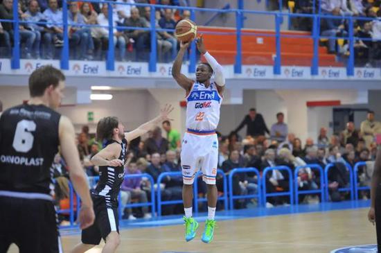 吉布森效力于江苏男篮,场均得到31.2分5.3篮板4.2助攻