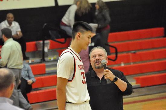 在美国高中联赛接受采访的区俊炫