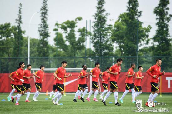 武磊到位国足拍摄最整齐全家福 球队训练强度减弱