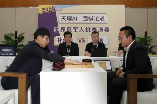 朴廷桓(左)与天壤对弈