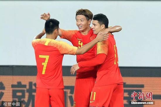 10月10日晚,憑借楊旭的大四喜以及武磊、吳曦、艾克森的破門,國足7:0大勝對手,取得世預賽兩連勝。圖片來源:視覺中國