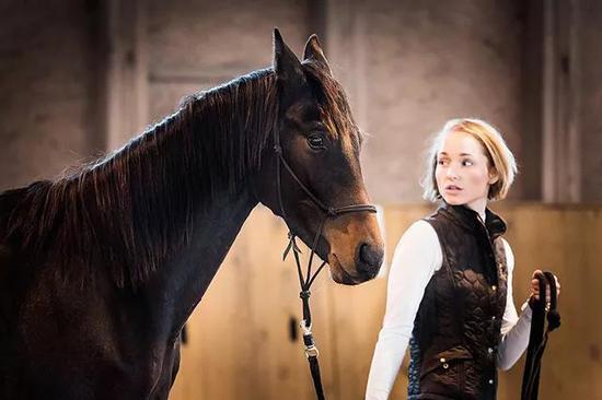 牵着马的骑手