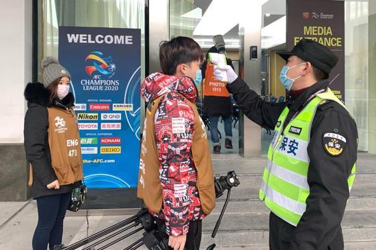 上港保安不忘提醒戴口罩 记者感叹十几年头一模