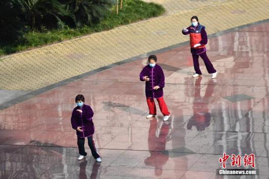 原料图:1月29日,成都天气转晴,一幼区居民戴口罩打太极,锻炼身体。中新社记者 张浪 摄