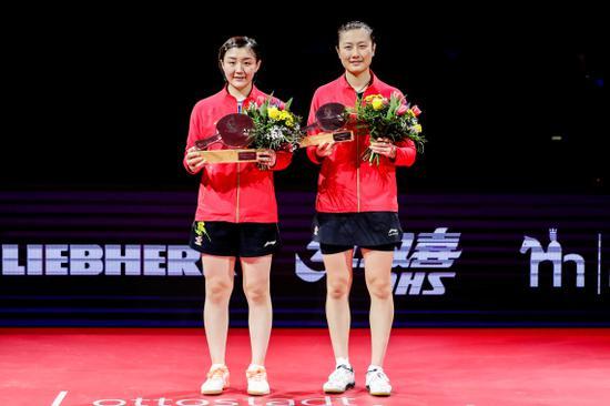 2月2日,获得冠军的陈梦(左)与获得亚军的丁宁在授奖仪式上相符影。新华社发(张平摄)
