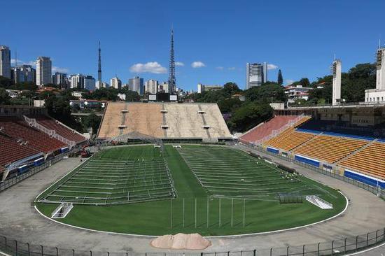 """修建工人在巴西圣保罗市的帕卡恩布体育场内建造""""方舱医院"""""""