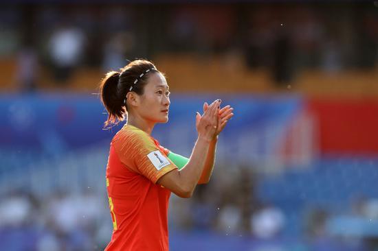 2019年6月25日,中国队球员吴海燕在2019年国际足联女足世界杯16强赛竞赛后向观众致意。新华社记者徐子鉴摄