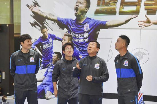 申花韩助教团队自费包机回上海 姆比亚10天后回归