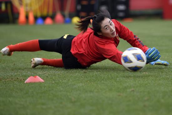 中国女足守门员彭诗梦在训练中。新华社记者韩瑜庆摄