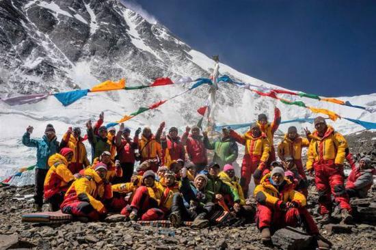2016年4月23日,西藏拉萨喜马拉雅登山向导学校的向导们在攀登珠峰时合影。新华社发(扎西次仁摄)