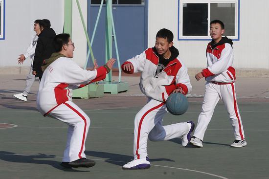 在位于北京市顺义区的北京市牛栏山一中实验私塾,弟子们在体育课上打篮球。新华社记者 张玉薇 摄