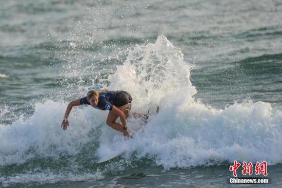 原料图:女选手逐浪竞技。骆云飞 摄