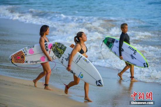 1月7日,Corona WSL(世界冲浪联盟)世界男、女子短板冲浪挑衅者系列赛(万宁站)正在海南省万宁市日月湾举走。来自近30个国家和地区的220名冲浪活动员在此打开为期7天的对决。骆云飞 摄
