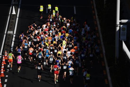 3月1日,2020年东京马拉松鸣枪开跑,受新冠肺热疫情的影响,本次作废了大多选手的比赛,只保留精英选手比赛。新华社发