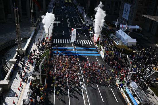 3月1日,2020年东京马拉松鸣枪开跑,参赛选手在首点起程。新华社发