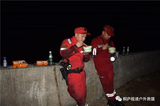 """拯救人员经过12幼时重要援助才有空吃""""晚饭"""""""