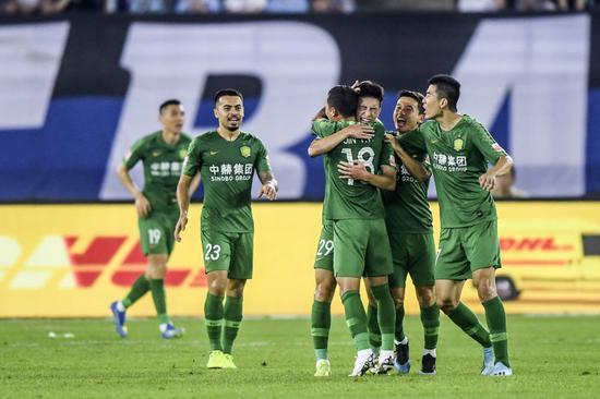 2019赛季中超,北京中赫国安队球员祝贺巴顿(中)的进球。新华社记者潘昱龙摄