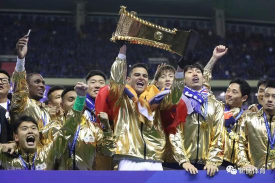 2019年,莫雷诺第二次捧首足协杯冠军奖杯