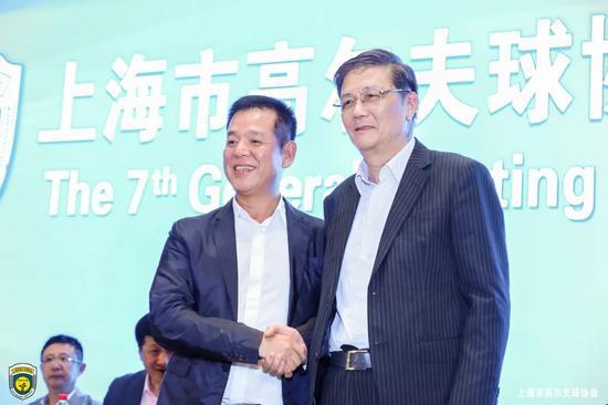 上海市高尔夫协会实现新老交接,新任会长林凯文(左)与原会长施德容握手。