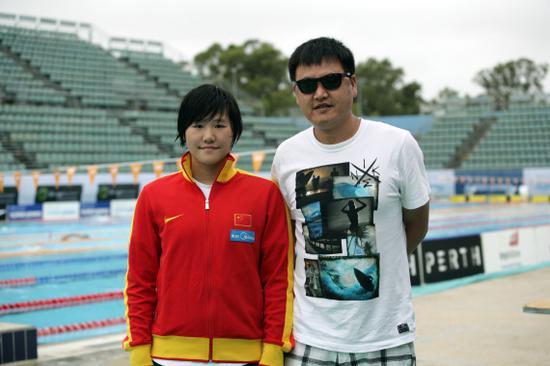 叶诗文(左)与徐国义合影。新华社发(周丹摄)