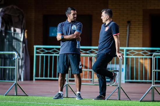 热身赛电流,两队桑保利、第三位前队长在交流。