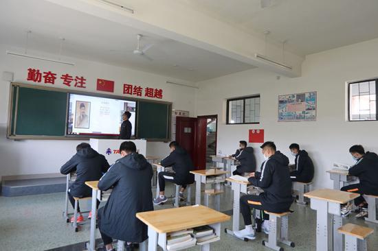 图为 4月22日,山东鲁能泰山足球学校U19队球员们在增加间距的教室里学习文化课。新华社发(刘锋摄)