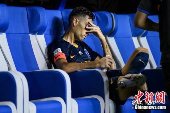 0:5不敌广州恒大后,广州富力遭遇开赛两连败,扎哈维下场之后一脸无奈。图片来源:IC PHOTO