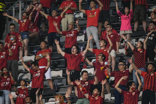 此前上海上港和北京国安的比赛,苏州赛区迎来首批观众现场观战 图/新华社