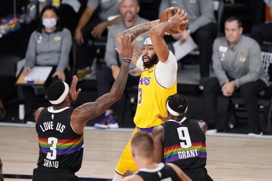 全场得到26分9篮板8助攻的准三双,霍华德第一节单节8分8篮板