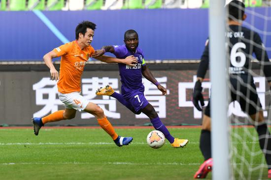 9月28日,天津泰达队球员阿奇姆彭(左二)在竞赛中带球打破。新华社记者李博摄