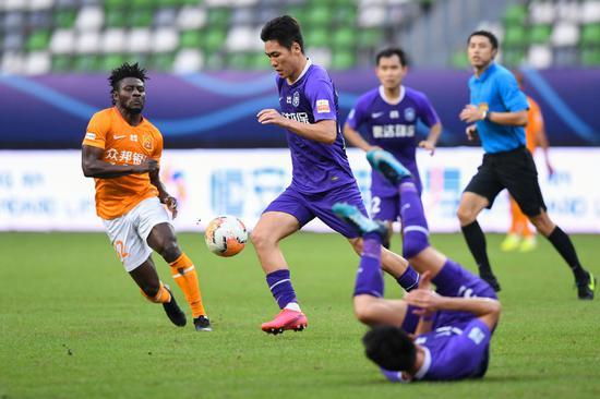 9月28日,天津泰达队球员宋岳(左二)在竞赛中带球打破。新华社记者李博摄