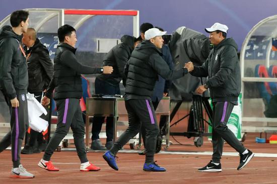 王宝山:前期由于疫情的原因,曾经的主教练回不来