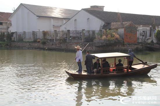 四元老乘船前往书香小院