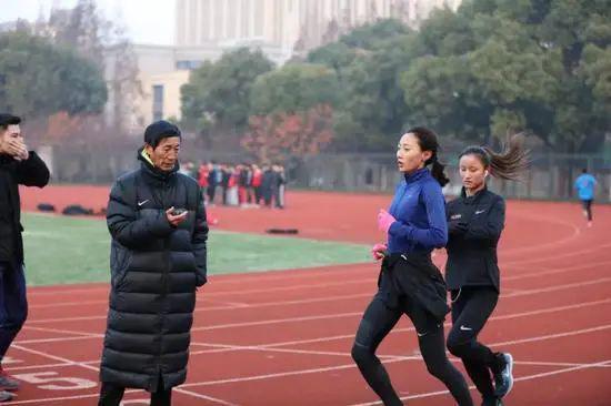 李芷萱在李国强教练的指导下训练