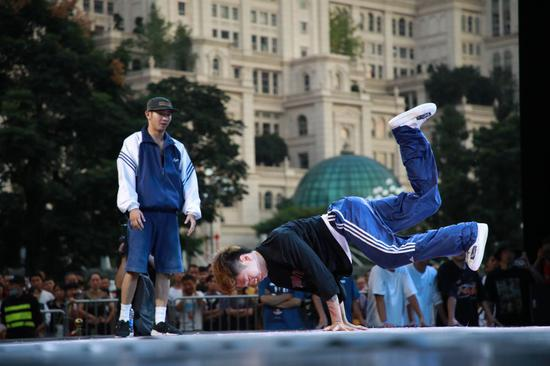 8月29日,参赛选手YDJ(右)在霹雳舞项目比赛中。新华社记者 刘续 摄