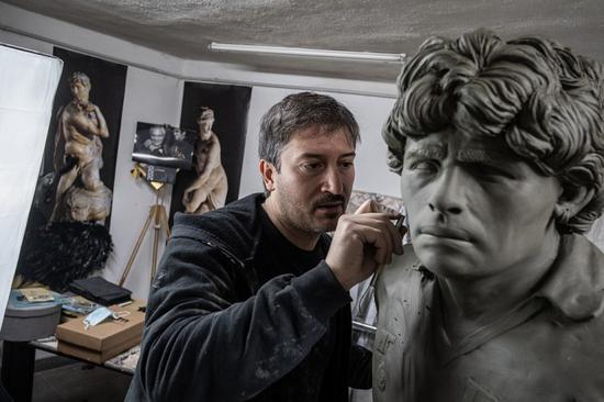 艺术家:在创作马拉多纳的雕像时 把他想象成神