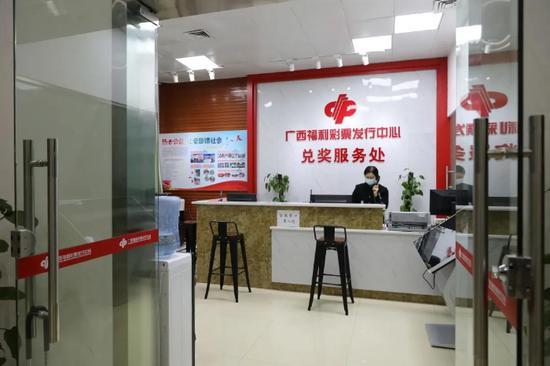 广西福彩中央兑奖服务处做事人员当晚仍在等候大奖得主的展现