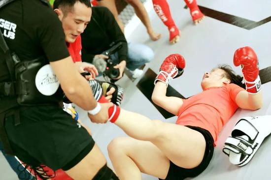 泰国教练为张伟丽拉伸