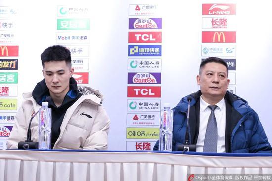 朱松玮与四川男篮主教练周金利