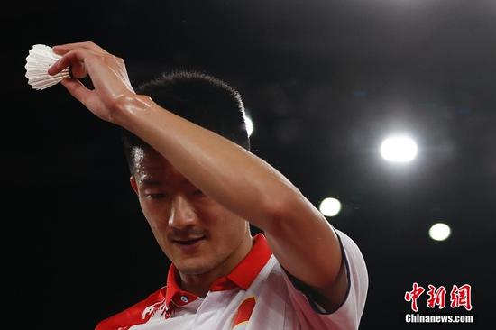 北京时间8月2日晚,在东京奥运会羽毛球男子单打决赛中,中国选手谌龙以0:2(21:15、21:12)不敌丹麦选手安赛龙,获得一枚银牌。图为谌龙在比赛中。中新社记者 韩海丹 摄