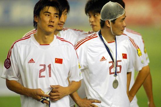 图说:球员时代的郝海东敢打敢拼,2004亚洲杯他在头部受伤后坚持战斗,让球迷感动。