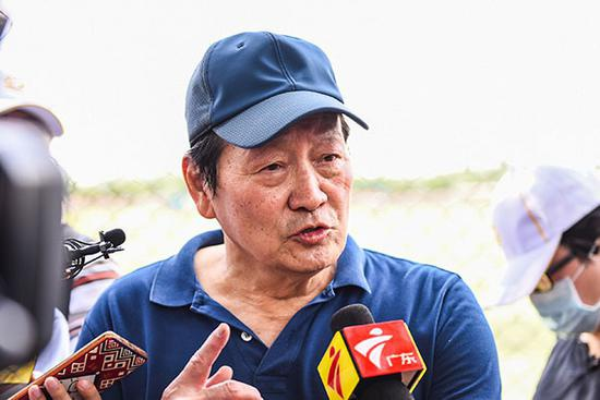 29日,前中国男排阿根廷主教练李玮锋采风深圳健力宝后接受媒体采访。