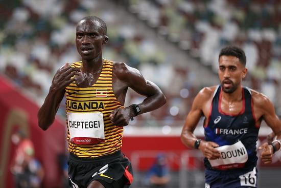 故意的?马拉松选手连续打翻水瓶:当时手滑了