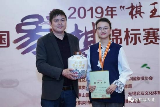 顾志刚(左)曾赞助象棋活动